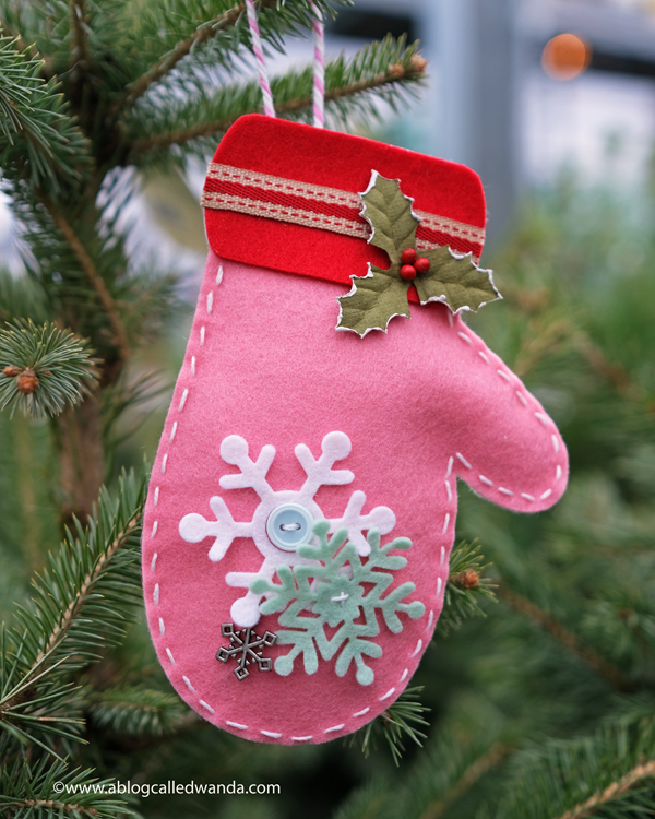 Taylored Expressions Felt. Mitten Garland die, Felt ornaments for Christmas. Craft ideas for holidays. Wanda Guess